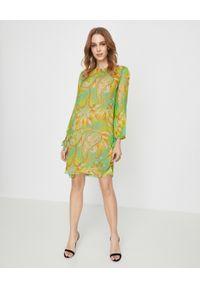 MALIPARMI - Zielona sukienka z jedwabiu. Okazja: na co dzień. Kolor: zielony. Materiał: jedwab. Wzór: kolorowy. Sezon: lato, wiosna. Typ sukienki: proste. Styl: elegancki, casual. Długość: mini