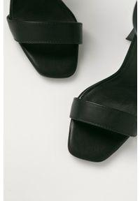 Czarne sandały Truffle Collection na obcasie, na średnim obcasie