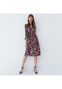 Mohito - Sukienka w kwiaty - Czarny. Kolor: czarny. Wzór: kwiaty
