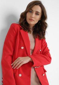Born2be - Czerwona Marynarka Melloreia. Okazja: na spotkanie biznesowe. Kolor: czerwony. Materiał: tkanina. Długość: długie. Styl: wizytowy, biznesowy #5