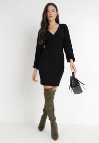 Born2be - Czarna Sukienka Alcona. Typ kołnierza: dekolt w kształcie V. Kolor: czarny. Materiał: tkanina. Styl: wizytowy. Długość: mini