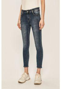 Niebieskie jeansy ANSWEAR w kolorowe wzory