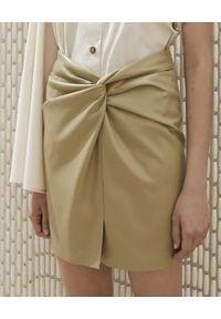 NANUSHKA - Beżowa spódnica Milo ze skóry wegańskiej. Kolor: beżowy. Materiał: skóra. Wzór: gładki. Styl: klasyczny, elegancki