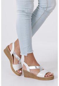 Casu - Srebrne sandały błyszczące na koturnie z gumką casu sn19x9/s. Kolor: srebrny, wielokolorowy, biały. Obcas: na koturnie