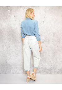 EMMA & GAIA - Jeansy z wysokim stanem. Stan: podwyższony. Kolor: niebieski. Sezon: lato