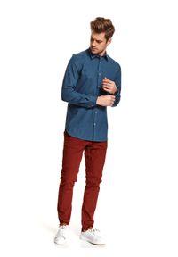 TOP SECRET - Koszula we wzór o kroju regularnym. Okazja: do pracy, na co dzień. Kolor: niebieski. Materiał: materiał. Długość: długie. Sezon: zima. Styl: casual