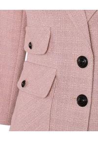CATERINA - Różowa marynarka z kontrastowymi guzikami. Kolor: różowy, fioletowy, wielokolorowy. Materiał: żakard, materiał. Długość rękawa: długi rękaw. Długość: długie. Styl: elegancki