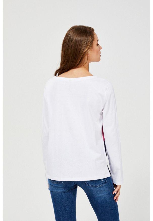Biała bluzka MOODO długa, z długim rękawem, z okrągłym kołnierzem, w paski