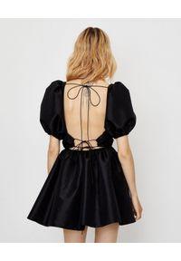 ICON - Sukienka z odkrytymi plecami Marlin. Okazja: na co dzień, na imprezę. Kolor: czarny. Typ sukienki: kopertowe, rozkloszowane. Styl: casual. Długość: mini