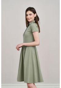 Marie Zélie - Sukienka Polo marszczona oliwkowa krótki rękaw. Okazja: na co dzień, do pracy. Typ kołnierza: polo. Kolor: oliwkowy. Materiał: materiał, dzianina, bawełna. Długość rękawa: krótki rękaw. Typ sukienki: proste, sportowe. Styl: wakacyjny, sportowy, casual, klasyczny