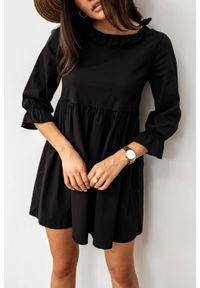Marsala - Sukienka koszulowa z ozdobną stójką w kolorze czarnym- AMELIE BY MARSALA. Typ kołnierza: kołnierzyk stójkowy. Kolor: czarny. Materiał: wiskoza, materiał, elastan, tkanina, poliester. Typ sukienki: koszulowe