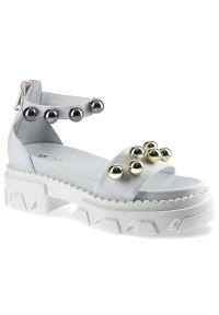 Białe sandały Carinii