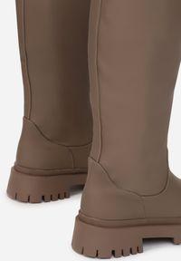 Renee - Oliwkowe Kozaki Peisilaira. Nosek buta: okrągły. Zapięcie: bez zapięcia. Kolor: brązowy. Wzór: gładki. Styl: rockowy