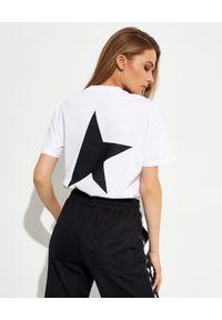 GOLDEN GOOSE - Biała koszulka z gwiazdą Star. Kolor: biały. Materiał: bawełna. Wzór: napisy, aplikacja. Styl: klasyczny