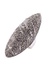 Braccatta - DARA Srebrny Pierścionek z markazytami, duży. Materiał: srebrne. Kolor: srebrny. Kamień szlachetny: markazyt