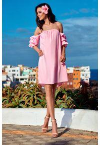e-margeritka - Elegancka sukienka hiszpanka z falbanami - pudrowy róż, s. Okazja: na imprezę. Typ kołnierza: dekolt hiszpanka. Kolor: niebieski, różowy. Materiał: bawełna, poliamid, materiał, elastan. Wzór: kwiaty, aplikacja. Sezon: lato. Typ sukienki: proste, z odkrytymi ramionami. Styl: elegancki
