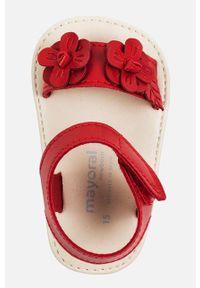 Czerwone sandały Mayoral z okrągłym noskiem, na rzepy