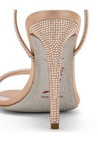 RENE CAOVILLA - Sandały na szpilce z kryształami Swarovskiego. Zapięcie: pasek. Kolor: beżowy. Materiał: materiał. Obcas: na szpilce. Styl: elegancki. Wysokość obcasa: średni