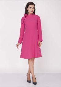 Różowa sukienka wizytowa Nommo midi, wizytowa, ze stójką