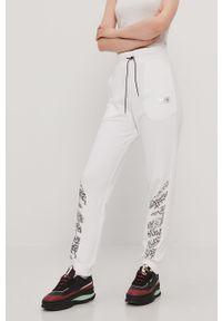 Białe spodnie dresowe Puma z nadrukiem