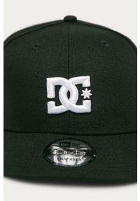 Czarna czapka z daszkiem DC z aplikacjami