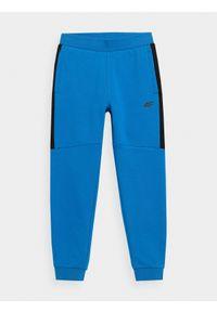 4f - Spodnie dresowe jogggery chłopięce. Okazja: na co dzień. Kolor: niebieski. Materiał: dresówka. Styl: casual