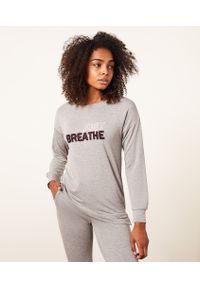 Yust Top Z Długimi Rękawami I Napisem 'Just Breathe' - Xl - Szary - Etam. Kolor: szary. Długość: długie. Wzór: napisy