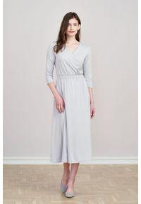 Marie Zélie - Sukienka Rita jasnoszara mikromodal. Typ kołnierza: dekolt kopertowy. Kolor: szary. Materiał: wiskoza, dzianina, elastan, włókno, skóra. Długość rękawa: krótki rękaw. Typ sukienki: proste, kopertowe