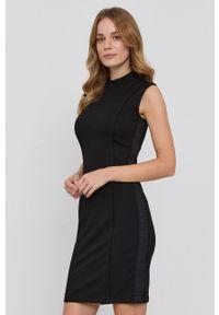 Guess - Sukienka. Okazja: na co dzień. Kolor: czarny. Materiał: wiskoza, dzianina, materiał. Wzór: gładki. Typ sukienki: proste. Styl: casual