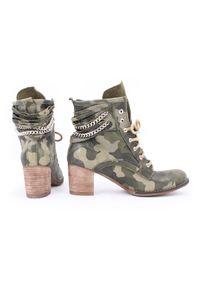 Zapato - botki - skóra naturalna - model 451 - kolor moro. Wysokość cholewki: za kostkę. Materiał: skóra. Wzór: moro. Sezon: wiosna, zima, jesień. Obcas: na obcasie. Styl: rockowy, klasyczny, elegancki, boho. Wysokość obcasa: średni