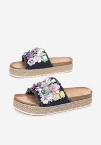 Born2be - Granatowe Klapki Aquanna. Nosek buta: otwarty. Kolor: niebieski. Materiał: materiał. Wzór: kwiaty, aplikacja. Obcas: na platformie #2