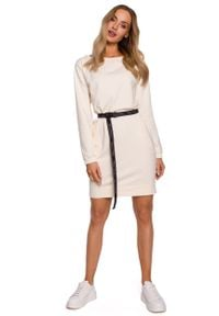 MOE - Prosta Dzianinowa Sukienka z Logowanym Paskiem - Śmietankowa. Materiał: dzianina. Typ sukienki: proste