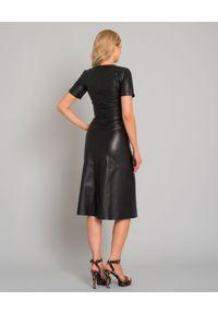 CAPPELLINI - Czarna sukienka z naturalnej skóry. Kolor: czarny. Materiał: skóra. Typ sukienki: rozkloszowane. Styl: elegancki, klasyczny. Długość: midi