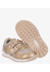Casu - Złote buty sportowe z perełkami ze skórzaną wkładką na rzep casu p-270. Zapięcie: rzepy. Kolor: złoty. Materiał: skóra