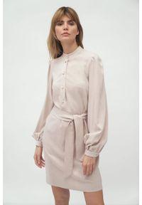 Nife - Prosta koszulowa sukienka szmizjerka na stójce beżowa. Typ kołnierza: kołnierzyk stójkowy. Kolor: beżowy. Materiał: materiał. Typ sukienki: proste, szmizjerki, koszulowe