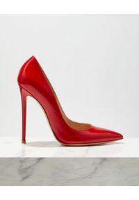 GIANVITO ROSSI - Czerwone szpilki z lakierowanej skóry. Kolor: czerwony. Materiał: skóra, lakier. Obcas: na szpilce. Styl: klasyczny