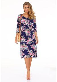 Merribel - Zwiewna Sukienka w Kwiaty z Kopertowym Dekoltem. Wzór: kwiaty. Typ sukienki: kopertowe