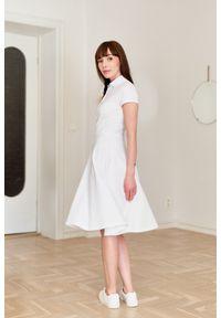 Marie Zélie - Sukienka Polo biała – trapezowa XXS biały. Okazja: do pracy, na co dzień. Typ kołnierza: polo. Kolor: biały. Materiał: bawełna, dzianina, materiał. Długość rękawa: krótki rękaw. Typ sukienki: trapezowe. Styl: wakacyjny, sportowy, klasyczny, casual