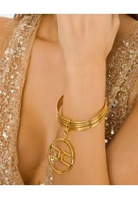 Elisabetta Franchi - ELISABETTA FRANCHI - Złota bransoleta z zawieszką z logo. Materiał: złote. Kolor: złoty. Wzór: aplikacja