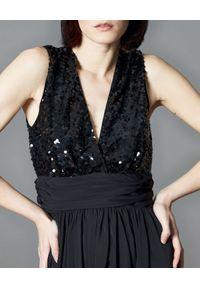 Manila Grace - MANILA GRACE - Czarna sukienka maxi z cekinami. Typ kołnierza: dekolt w kształcie V. Kolor: czarny. Materiał: tkanina. Typ sukienki: kopertowe. Styl: wizytowy, klasyczny. Długość: maxi