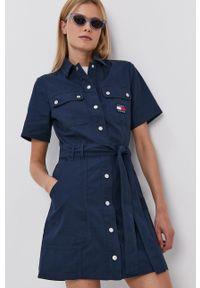 Tommy Jeans - Sukienka jeansowa. Kolor: niebieski. Materiał: bawełna, materiał. Długość rękawa: krótki rękaw. Typ sukienki: rozkloszowane