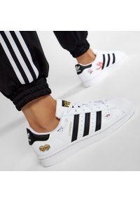 Adidas - Buty adidas - Superstar J FX5202 Ftwwht/Black/Goldmt. Zapięcie: sznurówki. Kolor: biały. Materiał: skóra. Szerokość cholewki: normalna. Wzór: aplikacja. Sezon: lato. Styl: elegancki, sportowy, młodzieżowy