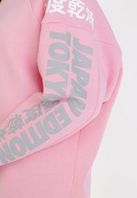Born2be - Jasnoróżowa Bluza Hysephila. Kolor: różowy. Materiał: jeans. Długość: długie. Wzór: napisy, nadruk