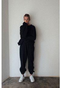 MUUV. - Spodnie Mild Cotton. Stan: podwyższony. Kolor: czarny. Materiał: dzianina, materiał. Sezon: lato, wiosna
