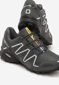 Born2be - Ciemnoszare Buty Sportowe Hidden Track. Okazja: na spacer. Wysokość cholewki: przed kostkę. Nosek buta: okrągły. Kolor: szary. Materiał: materiał. Szerokość cholewki: normalna. Wzór: napisy, nadruk, kolorowy. Sport: fitness, turystyka piesza