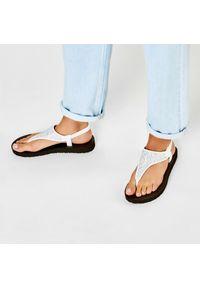 Białe sandały skechers na co dzień, casualowe