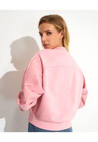 Alexander McQueen - ALEXANDER MCQUEEN - Różowa bluza z haftowaną aplikacją. Kolor: różowy, wielokolorowy, fioletowy. Materiał: bawełna. Długość rękawa: długi rękaw. Długość: długie. Wzór: haft, aplikacja