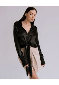 DOLLINA - Czarna koszula AMIRA. Kolor: czarny