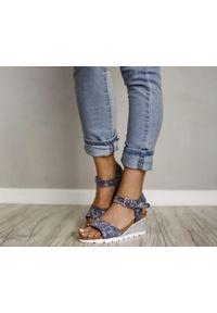 Zapato - sandałki - skóra naturalna - model 346 - kolor niebieskie kwiaty. Okazja: na co dzień. Kolor: niebieski. Materiał: skóra. Wzór: kwiaty. Sezon: lato. Obcas: na koturnie. Styl: boho, klasyczny, casual