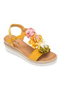 Żółte sandały SIXTH SENS ze sprzączką, w kolorowe wzory, na lato